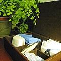 浴室櫃子上有個放了簡易衛浴用品的小木盒,很貼心