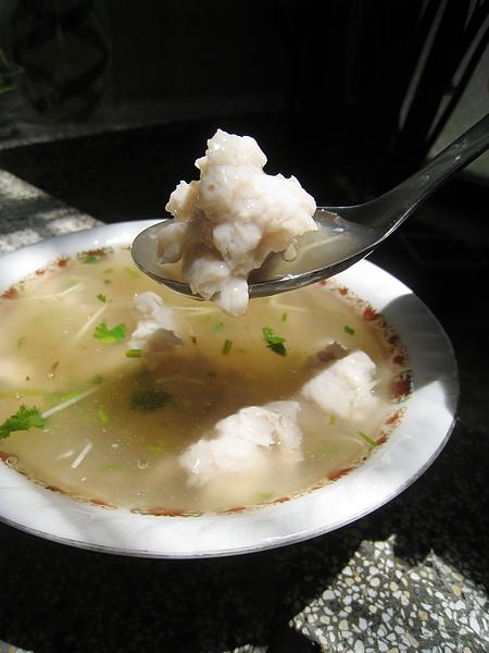阿鳳浮水魚羹,用謝宅的瓷碗裝看起來特別好吃,實際上我不尬意這種甜甜的芶欠