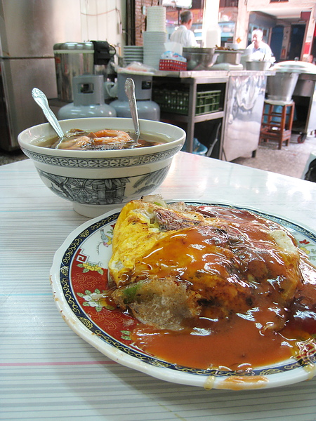 蚵仔煎和香菇飯湯,蚵仔煎大的不像話