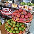 裕成門口擺了大堆的芒果、番茄、蓮霧、葡萄...