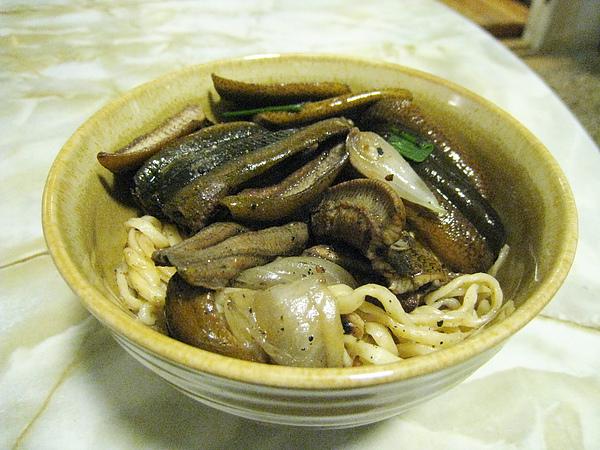 乾炒鱔魚意麵很好吃,沒有我討厭的濃甜芶欠,大白再度因為神秘的原因不賞臉,樂得我獨吞
