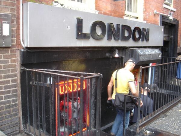 克理斯多福街上的同志情趣用品店,猛男情侶出入