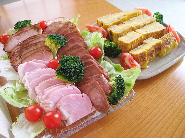 配菜是玉子燒和叉燒肉冷盤,都是大白媽事先準備的