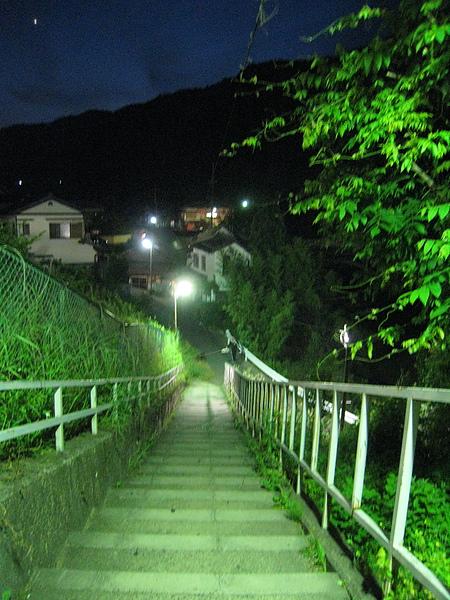 電車月台通往住宅聚落的階梯