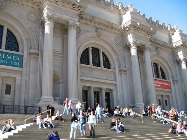 大都會博物館前曬太陽的遊客