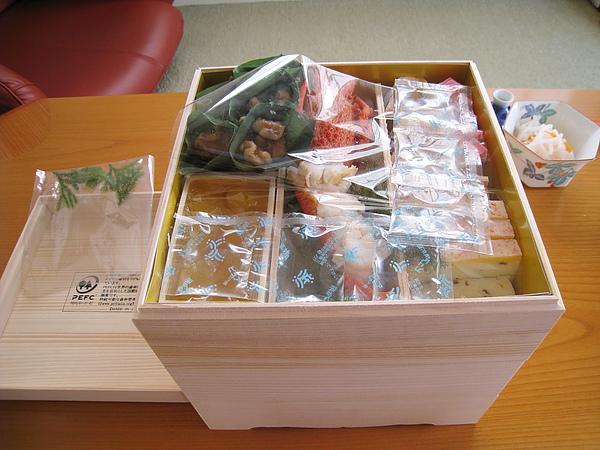 每一層都放了保冷劑和維持料理乾淨用的透明塑膠分隔片