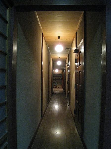主屋的走廊,走到底也有其他用餐席