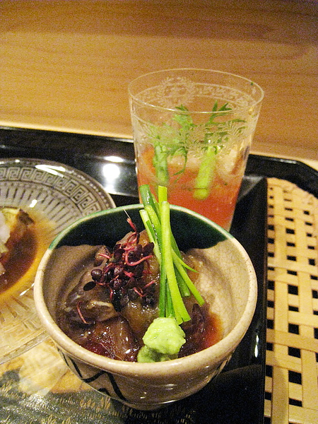 前方是?,後方那一杯是湯豆腐、炸魚塊、蘆筍,佐番茄醬汁