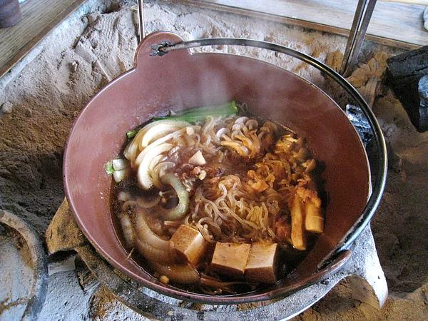 鍋裡只下了不到一半的火鍋料