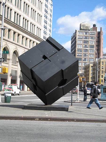 Astor Place的街頭公共藝術,大方塊用力推會轉動
