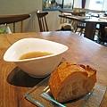 我的附餐洋蔥湯和麵包