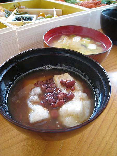 如果沒有這兩碗熱呼呼的救星,我的胃早就被日本年菜凍到結冰了
