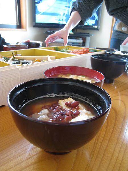 一月二日早午餐。繼續吃剩下的冷年菜,配上味噌湯和紅豆年糕湯。入鏡的是大白媽的手