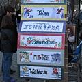 中央公園路邊的攤販,有各種圖像化的英文姓名供遊客訂作