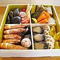 第三層:左上是椎茸、蒟蒻、竹筍、梅花胡蘿蔔;左下是蝦、昆布鰊魚卷、手毬麩;右上是煮南瓜、牛蒡、胡蘿蔔、里芋;右下是九孔、蓮藕、慈姑六方