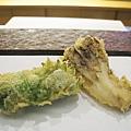 天婦羅之五&六:紫蘇鱸魚卷、舞茸。紫蘇鱸魚卷在我心中僅次於玉米,排第二名
