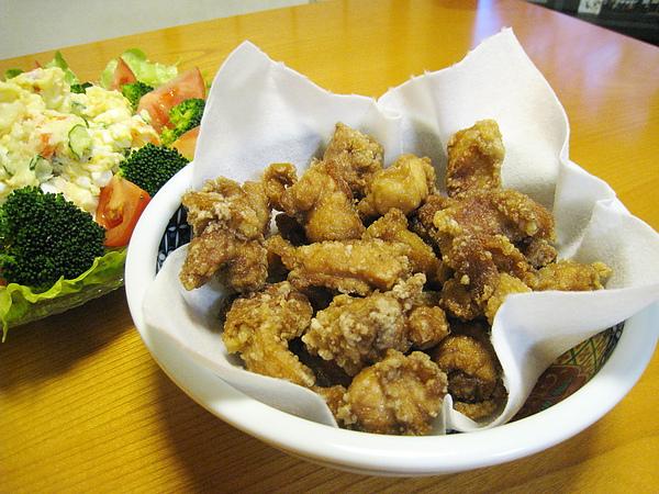 大白最愛的日式炸雞塊,要配美奶滋吃。今晚的雞塊有點太油,大白媽難得失手