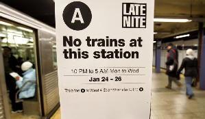 網路上抓到的,紐約地鐵最常見的場景。