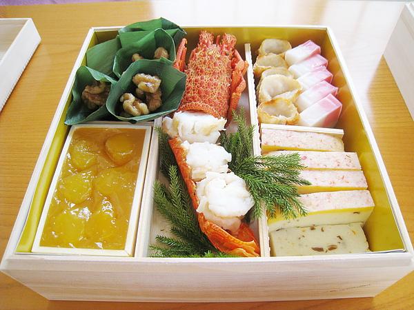 第一層:中央是伊勢海老,左上是胡桃竹葉捲、左下是甜栗泥,右上是紅白蒲鉾和金線魚捲、右下是蟹肉羽二重