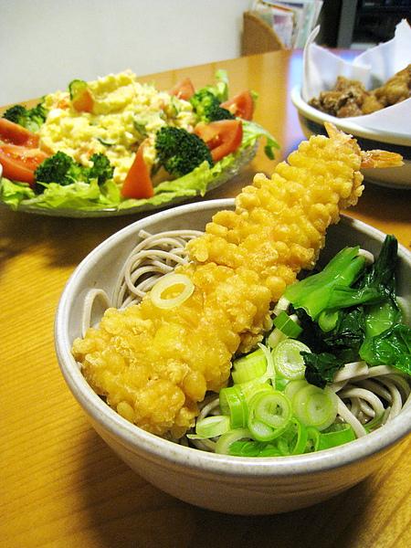 每年跨年夜都有的炸蝦蕎麥麵,大白媽的炸蝦超好吃