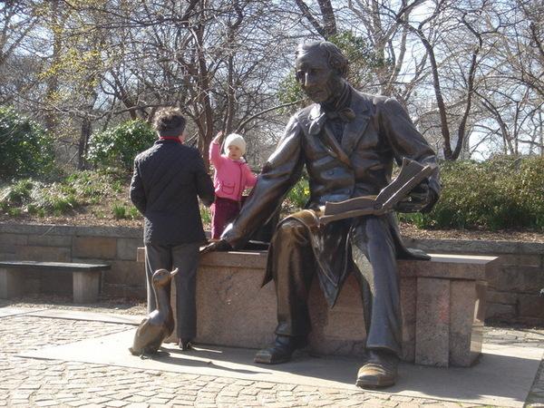 中央公園裡的安徒生雕像