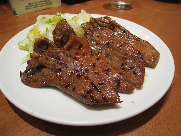炭火烤牛舌定食,1500円,有鹽味、醬汁、味噌三種口味,旁邊的配菜是白菜漬。
