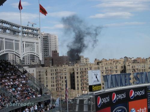 13=球場旁建築突然冒出一陣黑煙.JPG