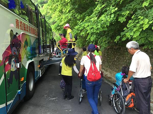 義工伙伴協助身障朋友登上復康巴士.JPG