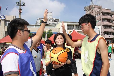 雲林縣救國團張麗善主委舉行開球儀式