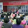 1031019大高雄真善美絲巾研習--老師教學綁絲巾.jpg