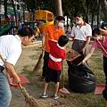 1031026高雄市三民區社區美化活動--同心協力垃圾裝袋.jpg