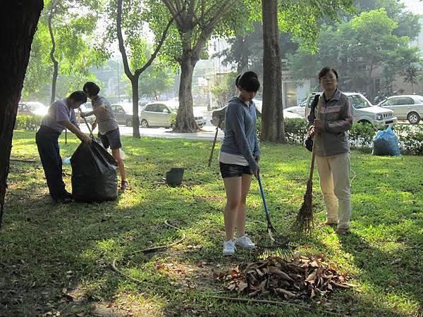 1040328工青一隊社區美化--打掃環境中2