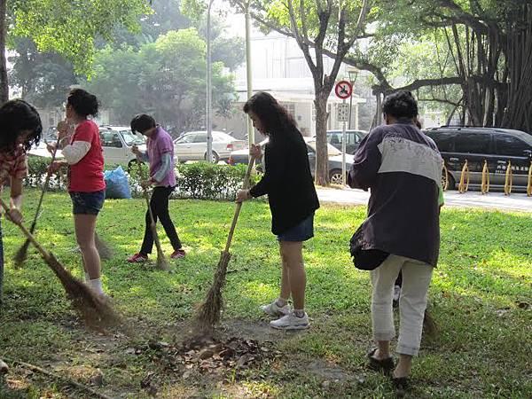 1040328工青一隊社區美化--打掃環境中3