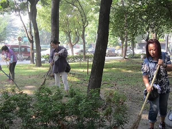 1040328工青一隊社區美化--打掃環境中1