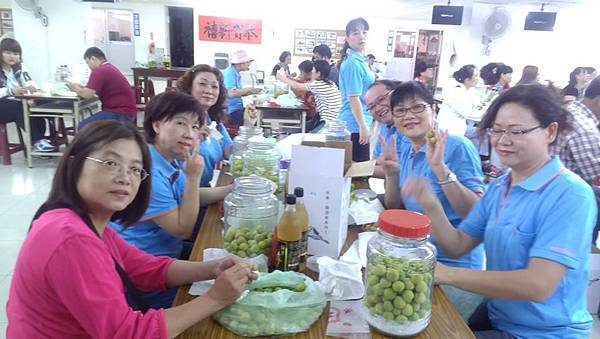1040419工青六隊辦理梅子醋、梅子酒DIY研習--義工夥伴DIY中