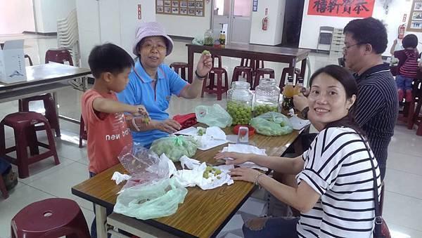 1040419工青六隊辦理梅子醋、梅子酒DIY研習--社區民眾也共同參與