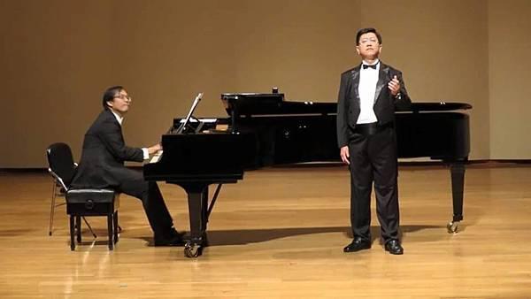 1040731阿蓮區團委會辦理兄弟琴聲音樂會--阿蓮區會長演唱中(右)