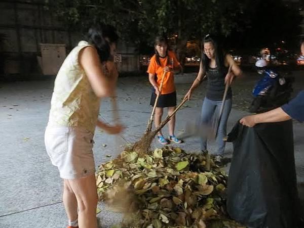 1040528高雄巿工青一隊社區美化活動--同心協力垃圾裝袋.jpg