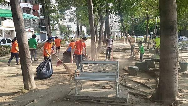 1040329高雄市三民區團委會社區美化活動--認真清掃-2.jpg