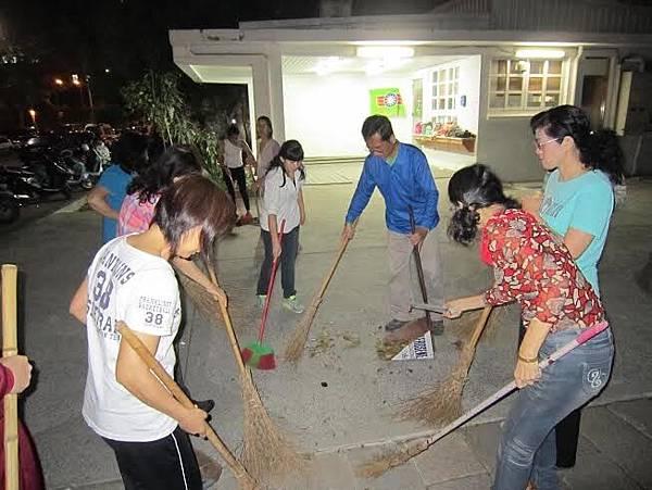 1040416高雄市工青一隊社區美化活動--認真打掃中-1.jpg