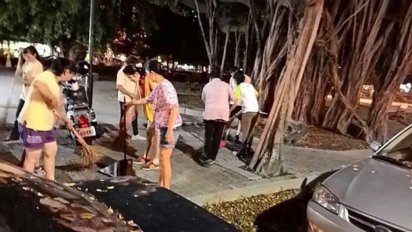 1030731高雄市工青一隊公園環保淨化活動--認真掃地1.jpg