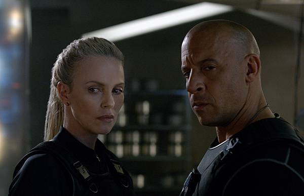 charlize-theron-the-fate-of-the-furious-2017-poster-and-stills-2.jpg