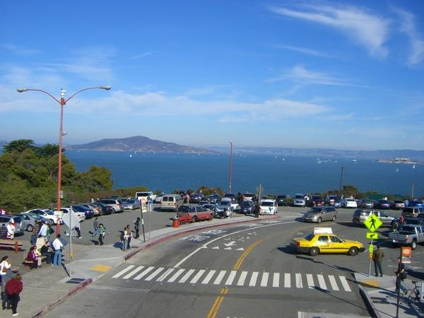 大橋旁的停車場