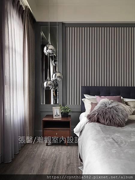2都會風單身貴族臥房直條紋床頭板壁紙床頭櫃燈具燈飾.jpg