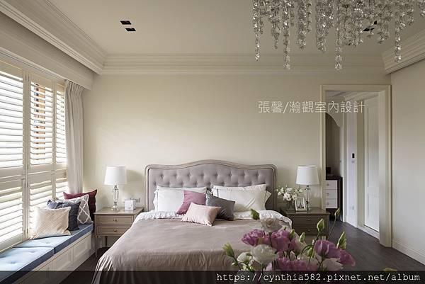 2臥房臥榻百葉窗壁漆油漆床頭櫃櫃體水晶燈現代古典華麗木地板美式室內設計裝修裝潢.jpg