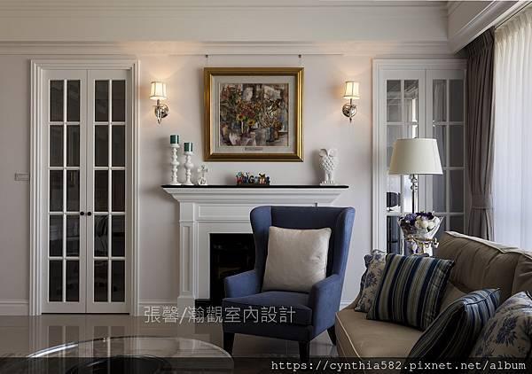 1客廳壁爐美式裝修裝潢格子門雙開門玻璃壁燈家具沙發.jpg