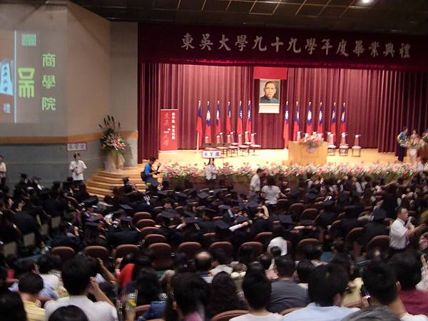 5. 這批畢業生們,好年輕 T_T (這是商學院的一半學生而已).JPG