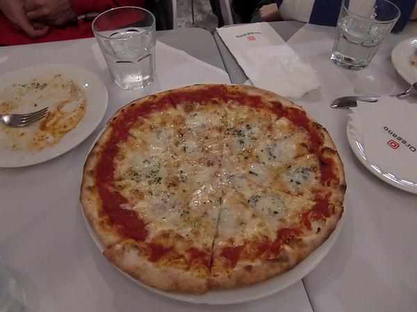 14. 老闆招待的pizza(也太慷慨了!).JPG