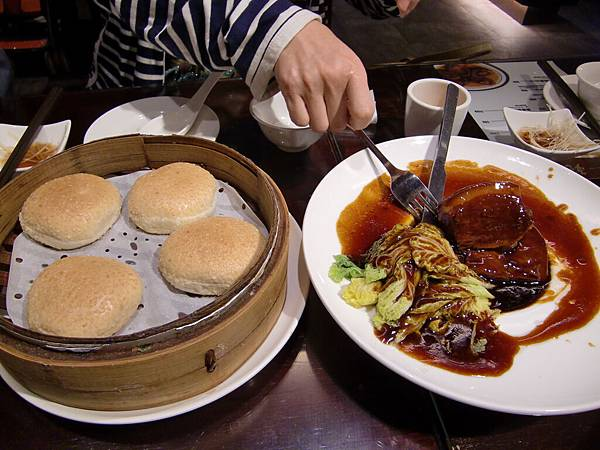 18. 超好吃的東坡肉(要用旁邊的麵包夾著吃).JPG