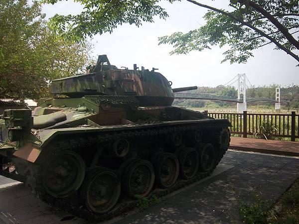吊橋旁的裝甲車